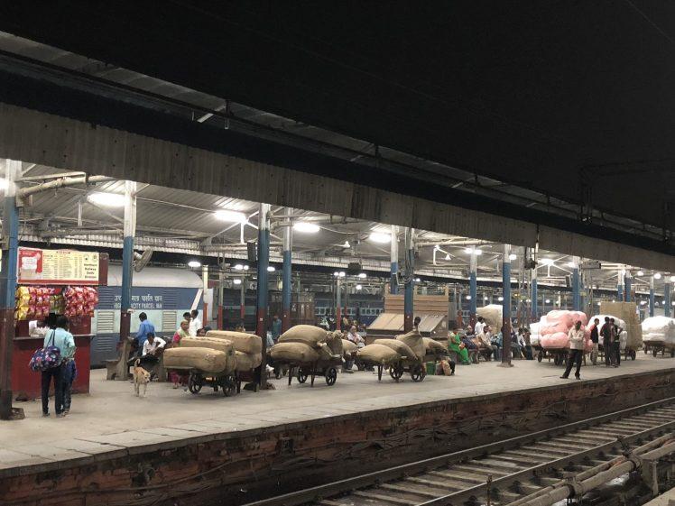 Normalt skue på togstasjonen i Delhi